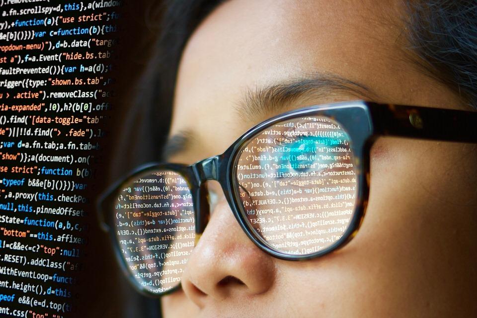 プログラミングをやっている女性